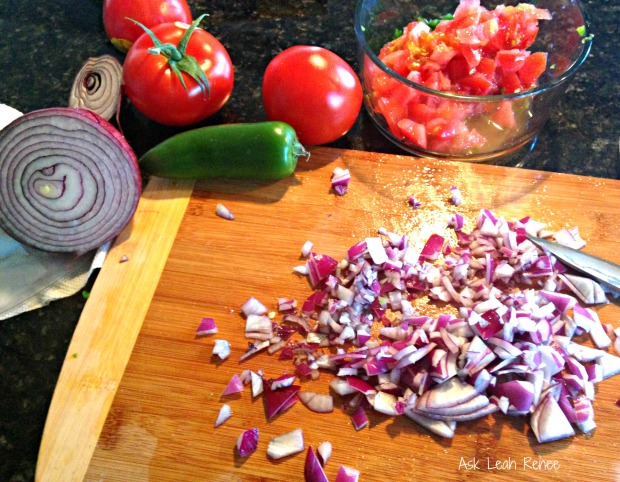Chopping pico de gallo